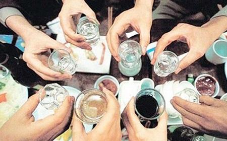 Hình 3. Uống rượu