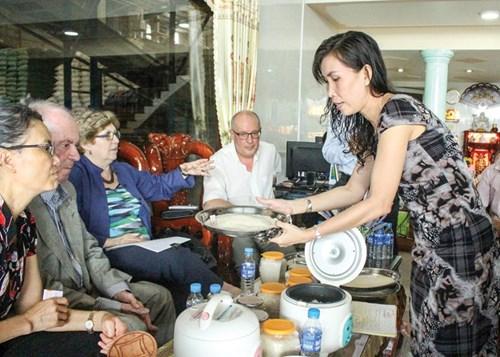 Bà Bùi Thị Bích Huyền (bìa phải), Giám đốc Công ty Cổ phần Xuất nhập khẩu Ngọc Quang Phát giới thiệu sản phẩm gạo đến các đối tác nước ngoài.