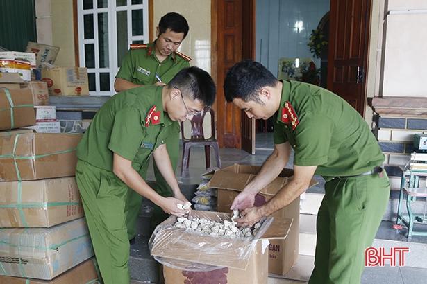 Vào hồi 10h30 phút sáng nay (26/8), Phòng Cảnh sát môi trường Công an tỉnh chủ trì phối hợp với Công an huyện Thạch Hà, Công an xã Thạch Hội kiểm tra hộ kinh doanh do Trần Hậu Tuấn.